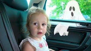 Stacy está procurando por seu pai em uma estranha loja de brinquedos. thumbnail