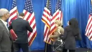 Хилари Клинтон рушит американские флаги