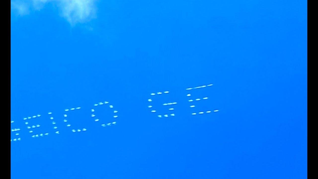 Как на небе в США делают рекламу? 5 самолетов пишут слова на небе