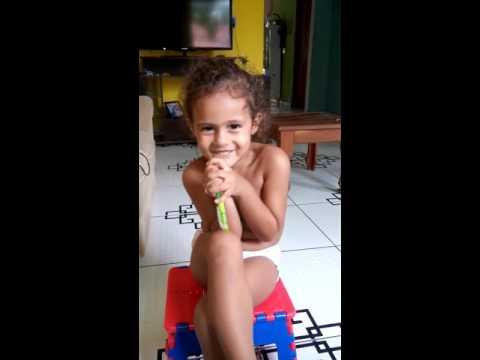 Luiza de apenas 2 anos gosta muito da cantar