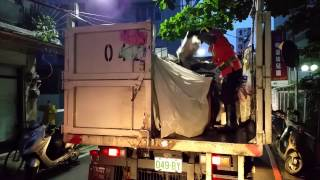 20150904 Shocked by A Shouting Goverment Employee, Taiwan, 咆哮的環保垃圾車資源回收員 !