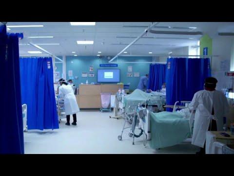 Все более жесткие меры принимают в Великобритании из-за нового штамма коронавируса.