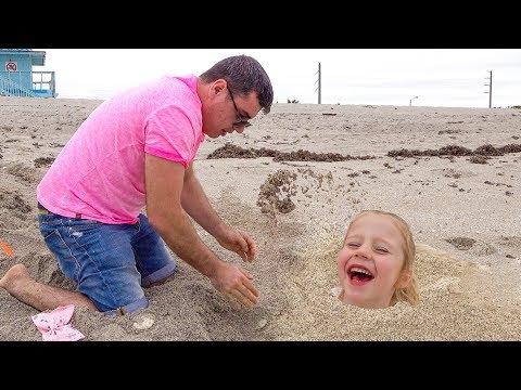 Настя и папа веселятся вместе