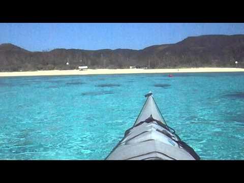 シーカヤックで素晴らしい海の色の中を進む
