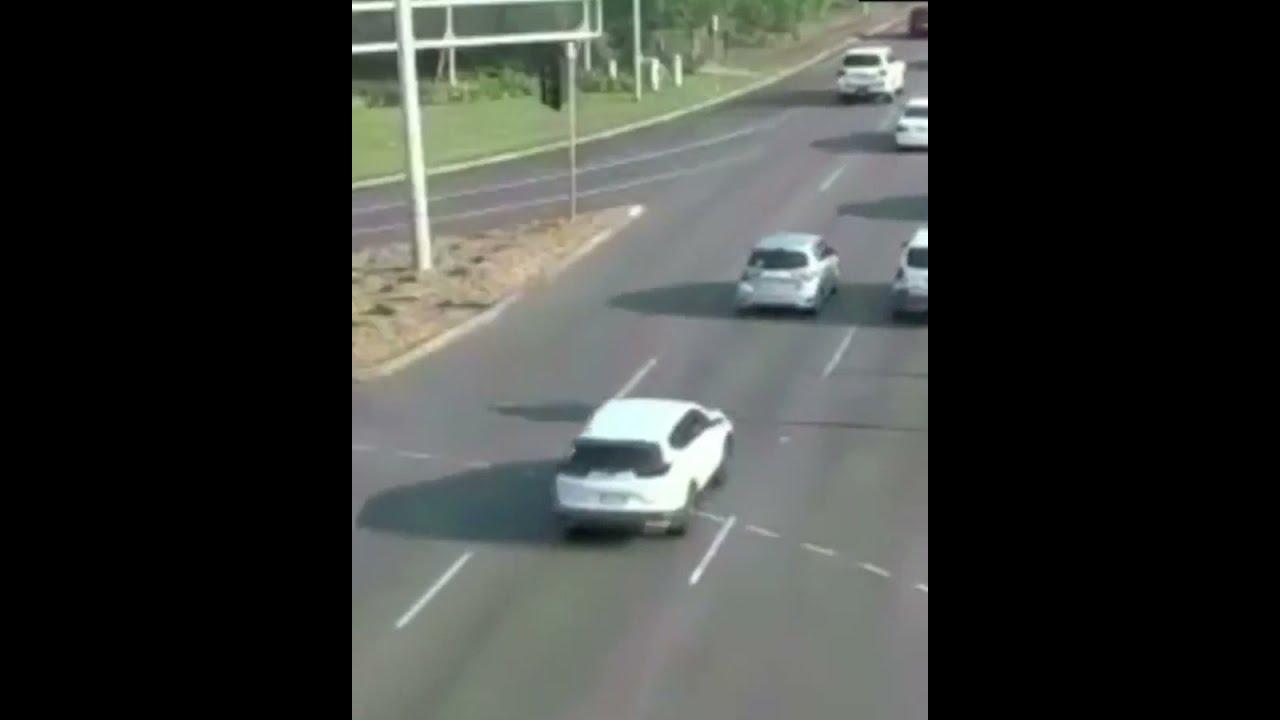 صورة فيديو : بأعجوبة لم يصطدم بأي سيارة.. سائق خرجت سيارته عن سيطرته ويعبر شارعين مزدحمين