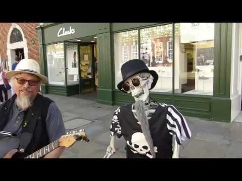 Rob Berry  & Skeleton Drummer - Live Music on the streets of Chichester - Götutónlist