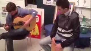 Gambar cover Tienen 16 y 18 años y tocan la guitarra y la caja así de bi