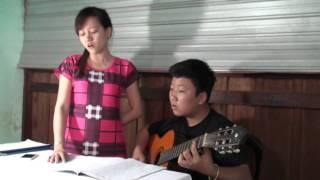 """Bé Tiến Lộc chơi guitar và Quỳnh Nhi hát với bài """"Cám ơn tình yêu - Nguyên Linh"""""""
