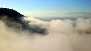 雲海の上をドローンで飛行。 松本盆地では日中と夜間の寒暖差が大きくな...