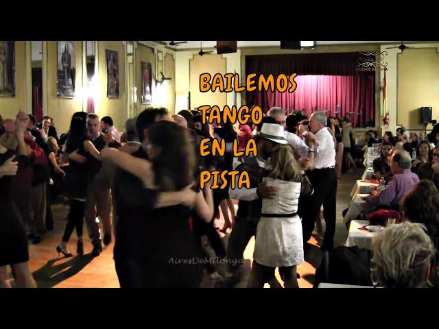 Esto es milonguear,  baile de tango en la pista de la milonga. Buenos Aires 2017
