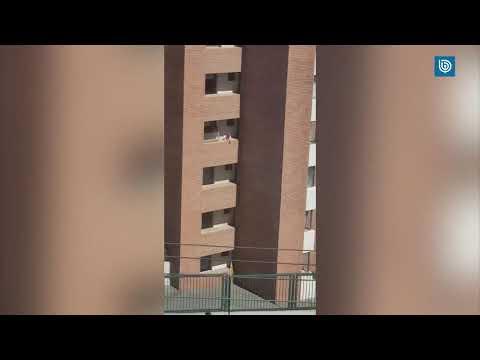 Una niña, a pocos centímetros de caer desde un quinto piso en Chile