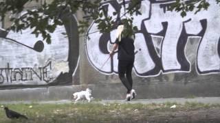 Margaret z psem na spacerze