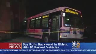 حافلة ركاب دون سائق تثير الذعر وتحطم 10 سيارات متوقفة في نيويورك (فيديو)