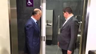 Бурбак осматривает туалет в терминалеD(Министр инфраструктуры Бурбак и и.о гендиректора Борисполя Дыхне осматривают туалет в терминалеD., 2014-11-21T13:56:07.000Z)