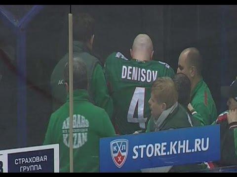 Владимир Денисов покидает игру после попадания шайбой в голову