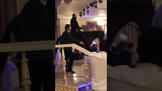 Мужчина заявился на чужую свадьбу верхом на лошади в Усть-Джегуте