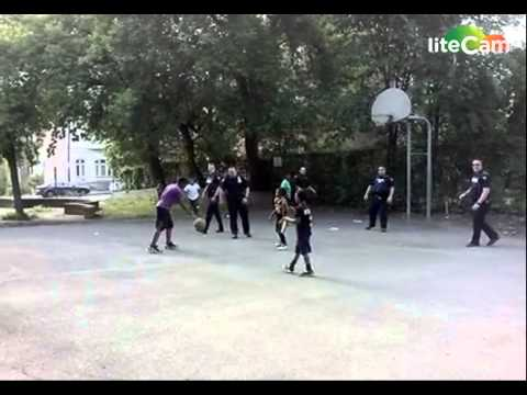 NY cops play basketball with local kids