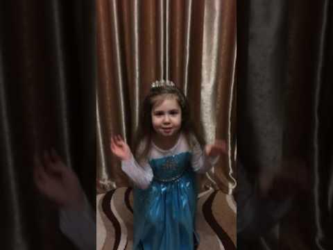 Вероничка, 4 года, читает стих