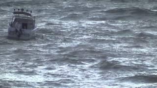 катер в шторм. в николаевке.(, 2013-09-03T18:13:24.000Z)