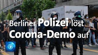 """Die versammlung tausender menschen gegen staatliche corona-auflagen in berlin wird wegen verstößen schutzauflagen aufgelöst. """"es bleibt uns leider kein..."""