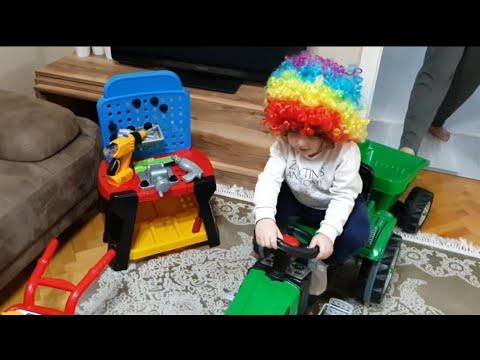 Kırmızı burunlu Fatih Selim traktörünün römorkunda hangi oyuncağını taşıyor