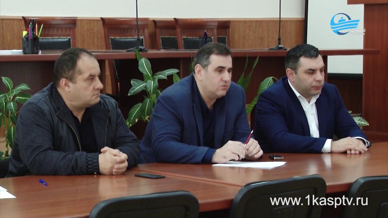 Заместитель главы администрации города Заур Римиханов и начальник Управления по строительству и архитектуре ГО Ахмед Махов встретились с представителями строительных фирм