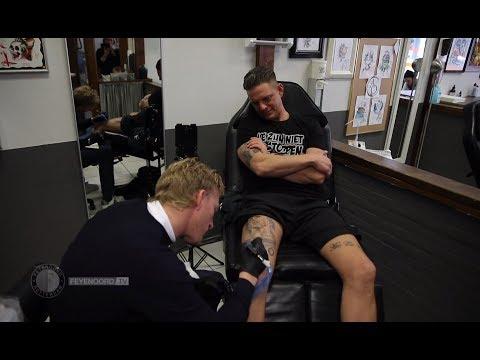 Tattookoning Dirk Kuyt zet handtekening bij tatoeage