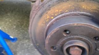 как открутить центральный болт шкива коленвала на VW  транспортер Т4 2000 г