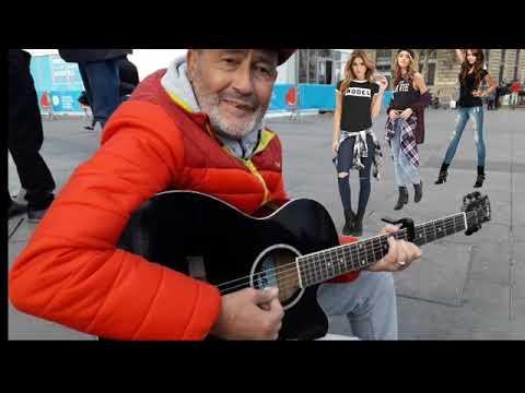 Un musicien de rue joue de la guitare avec incroyable ...