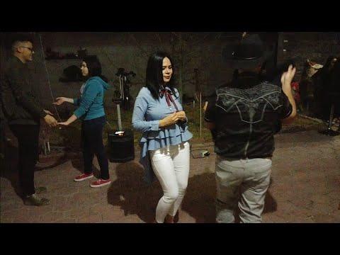 Domingo y Maricarmen enseñando a bailar a Miguelito y a la hija del saxofonista