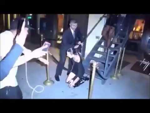 Bella Hadid sufre aparatosa caida de una escalera frente a varios paparazzis