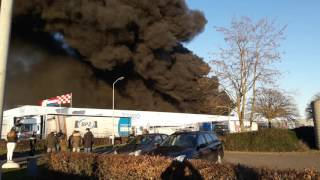 Grote brand bij kunststoffengroothandel aan de Schutweg in Waalwijk 2