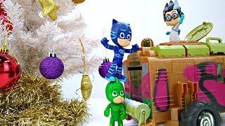 Герои в масках открывают Новогодние подарки - Видео с игрушками