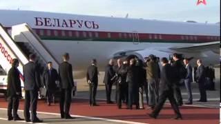Лукашенко прилетел в Москву повязанной георгиевской ленточкой(, 2015-05-07T16:39:31.000Z)