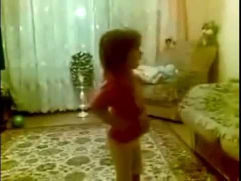 Маленькая девочка строит родителей, Очень смешное видео