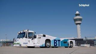 Vliegtuigen naar startbaan met Taxibot op Schiphol