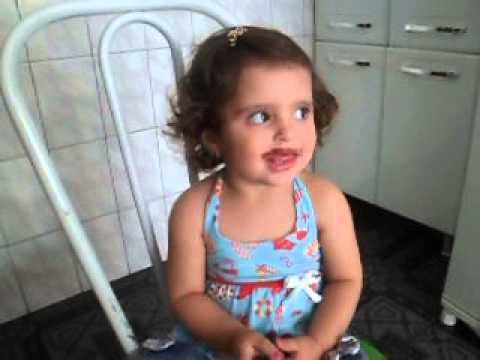 Beb de 1 ano e 8 meses dando dicas de beleza youtube for Jardineira bebe 1 ano
