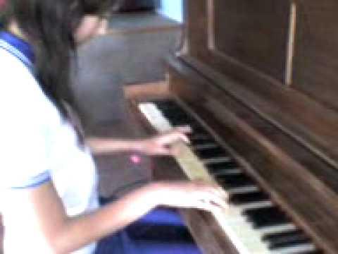Ceci tocando el piano h