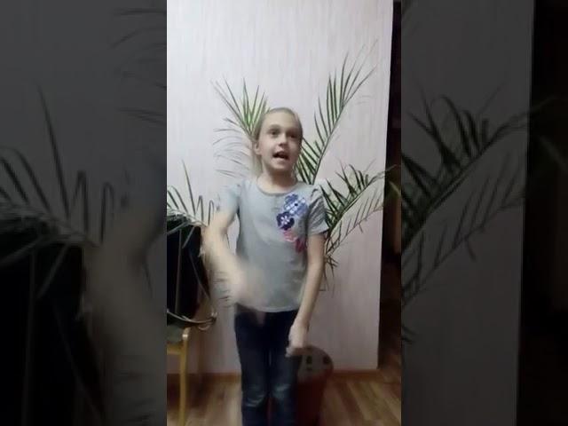 Изображение предпросмотра прочтения – СветланаШойтова читает произведение «Считалка» (Русский фольклор )