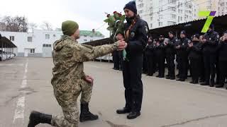 В Одессе патрульной полицейской сделали предложение во время построения (фото)