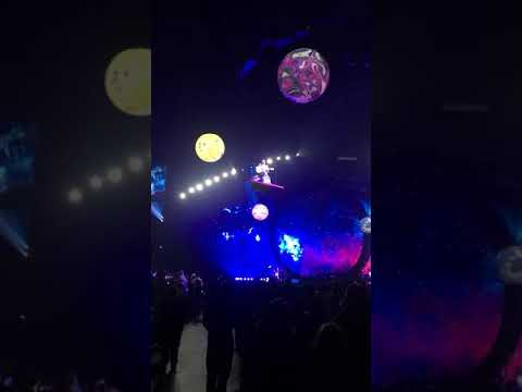 KATY PERRY GETS STUCK IN THE AIR AT HER CONCERT IN NASHVILLE