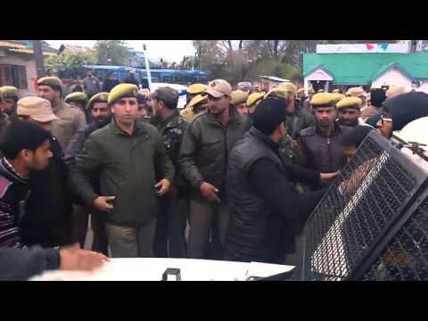 J&K Police beating NIT Srinagar Students for hosting Indian Flag