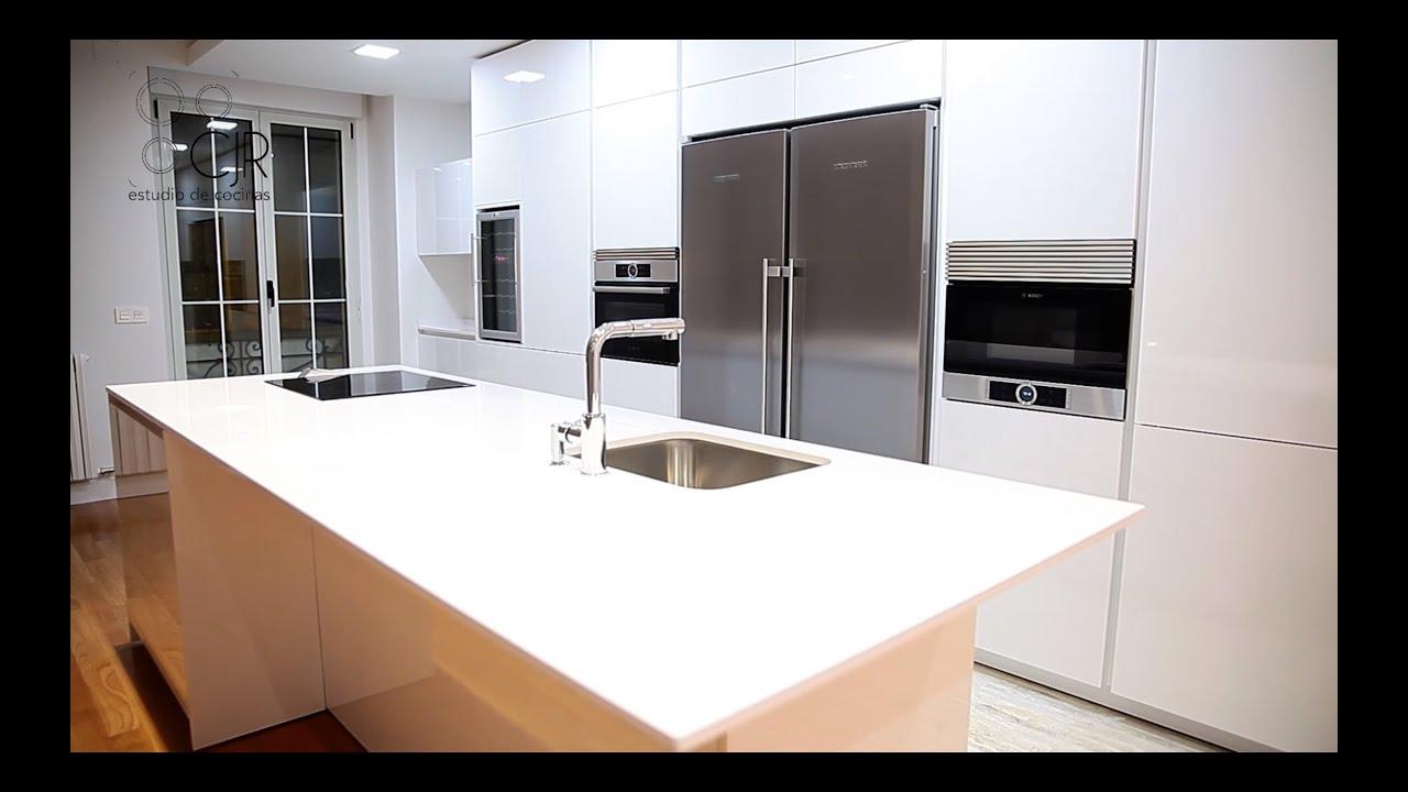 Cocinas con isla blancas tirador gola cocinas modernas for Cocinas espectaculares modernas