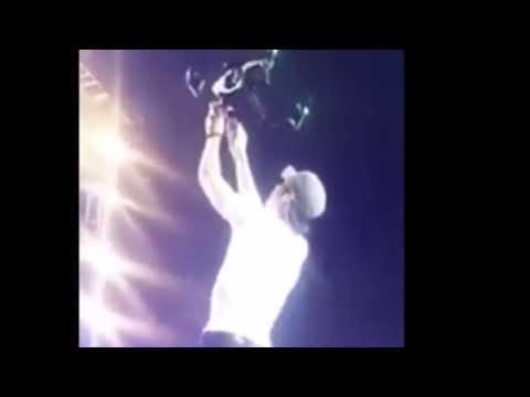 Enrique Iglesias se cortó los dedos con un dron durante un show