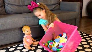 Маша играет с куклой как Няня  и они вместе играют с игрушками и рыбалку