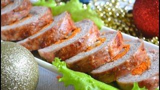 Домашний Новогодний рулет в фольге из свинины, с начинкой из свежей моркови в духовке