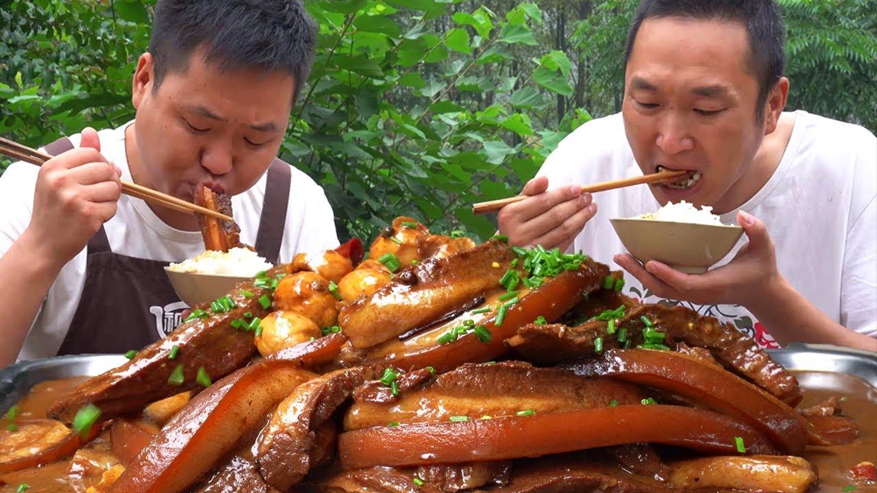 把子肉這樣吃才叫爽,五斤肉一鍋燉,肥而不膩,兩兄弟拌飯吃過癮【鐵鍋視頻】