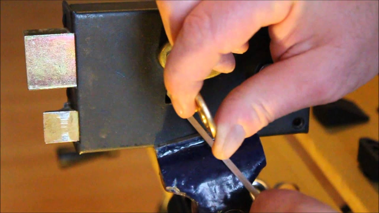 crochetage lockpicking d une serrure a gorges