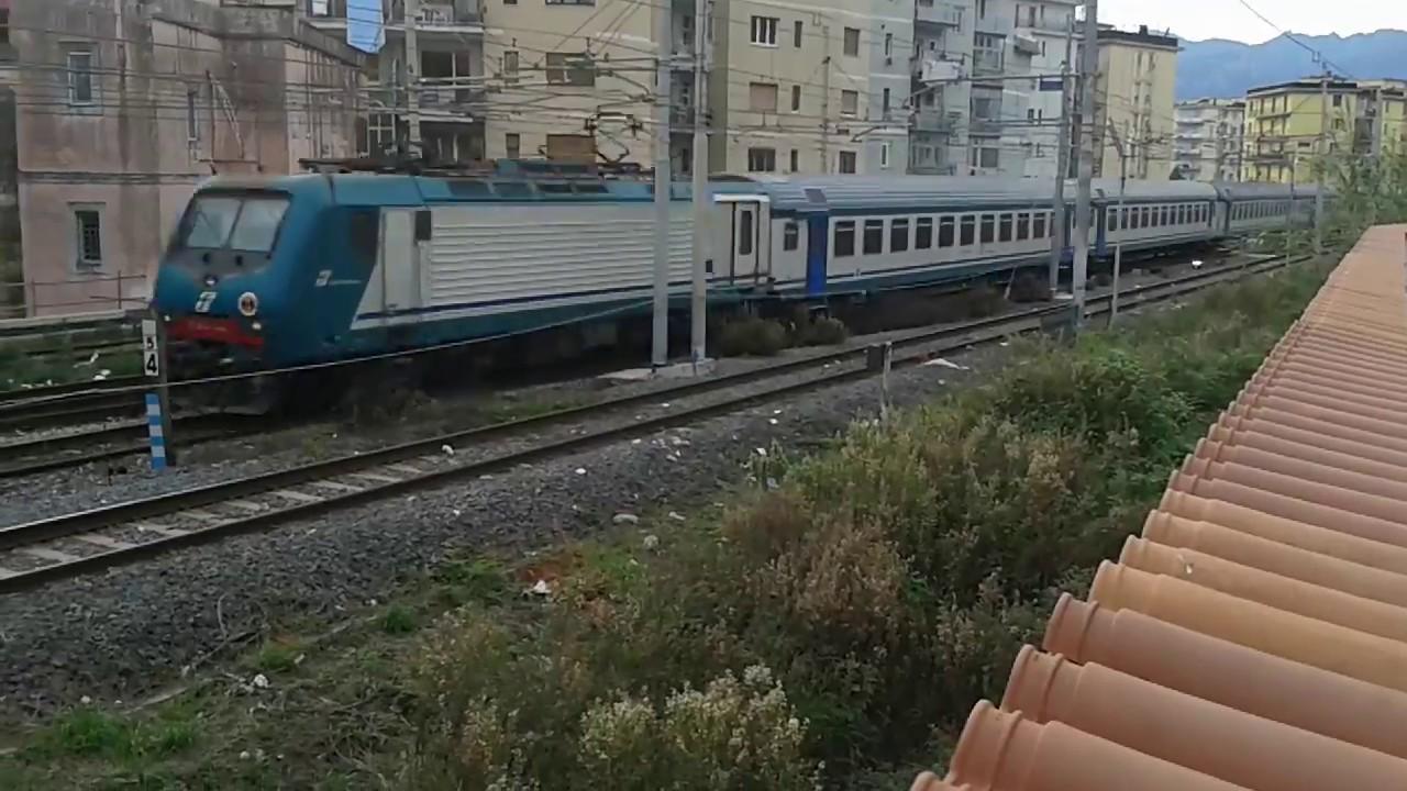 Treno Regionale Napoli - Paola in transito vicino la ...