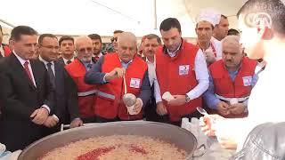 Başbakan Yıldırım, vatandaşlara aşure dağıttı